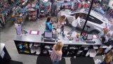 Et lille barn sparer mirakel, efter bilen indgangen i butikken