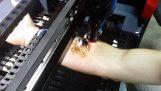 Τρελοί Ρώσοι κάνουν σχέδιο με μηχανή λέιζερ πάνω σε χέρι