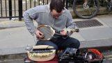 लंदन की सड़कों पर एक आविष्कारशील संगीतकार