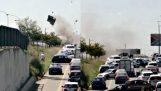 Bandits blast porte du véhicule CIT au milieu du trafic