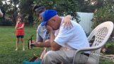Ένας 66χρονος με αχρωματοψία δοκιμάζει τα γυαλιά EnChroma