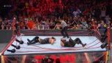 Δύο παλαιστές διαλύουν το ρινγκ κατά τη διάρκεια ενός αγώνα WWE