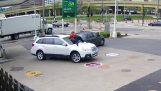 Γυναίκα αποτρέπει την κλοπή του αυτοκινήτου της, πηδώντας πάνω στο καπό