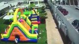 resistencia al viento fuerte un castillo inflable donde los niños estaban jugando