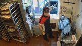 एक औरत को लूटने के लिए ड्राइव-थ्रू McDonalds के चाकू के साथ की कोशिश करता है