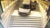 Una donna confonde l'ingresso dell'edificio con ingresso parcheggio
