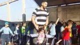 Δάσκαλος γυμναστικής βοηθά ένα ανάπηρο κοριτσάκι να χορέψει