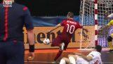 Un magico gol nella partita di futsal