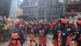 A mexikóiak tapsol a japán mentők
