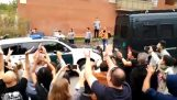 Περιπολικό της ισπανικής αστυνομίας έχει ένα ατύχημα μπροστά από πλήθος Καταλανών
