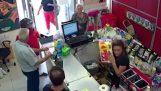 Γενναίοι πελάτες αφοπλίζουν ένα ληστή