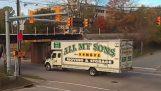 Камион сблъсква с ниско мост