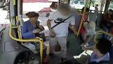 Παρατηρητικός οδηγός λεωφορείου εντοπίζει κλέφτη