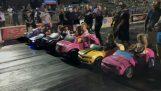 Les voitures de course vitesse avec des enfants