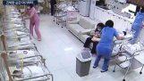 Sygeplejersker i en moderskab N. Korea, under jordskælv