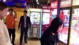 Ένα κορίτσι αδειάζει τα παιχνίδια με τη δαγκάνα