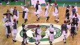Tsamiko bailaba en la cancha para los Celtics Giannis Antetokounmpo