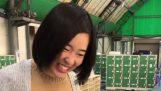 O fată din Japonia încearcă să patineze