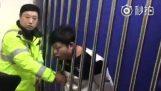 Το κεφάλι του κόλλησε στα κάγκελα ενός κελιού
