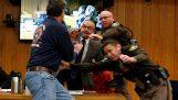 Πατέρας επιτίθεται στον Larry Nassar στο δικαστήριο