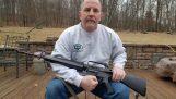 Αμερικανός καταστρέφει το όπλο του μετά το μακελειό στο σχολείο