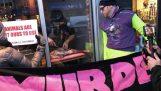 Ιδιοκτήτης εστιατορίου κόβει κρέας μπροστά από βίγκαν διαδηλωτές
