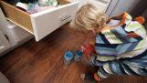 Ένα παιδί 3 ετών ετοιμάζει δύο ποτήρια με χυμό