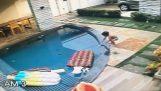 7χρονος σώζει ένα μωρό σε πισίνα