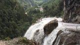 Καταρράκτης περνά μέσα από δρόμο (Νεπάλ)