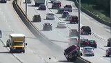 Οδηγός χάνει τον έλεγχο και καταστρέφει φανοστάτες σε αυτοκινητόδρομο