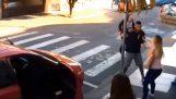 policía madre neutralizar ladrón armado fuera de la escuela