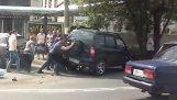 Διάσωση μοτοσικλετιστή που κόλλησε κάτω από αυτοκίνητο