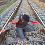 Φόρτισε ένα κινητό τηλέφωνο στις ράγες του τρένου
