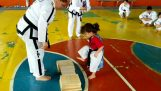 A little girl show off in taekwondo