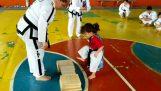 Ένα κοριτσάκι κάνει επίδειξη στο taekwondo