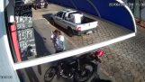 Lucky žena šetrí lietať motocykel
