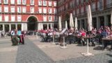 Болельщики из Эйндховен унизить нищих в Мадриде