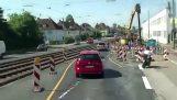 Γερανός ρίχνει μεταλλικό δοκάρι πάνω σε αυτοκίνητο