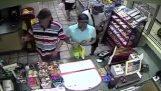 Κλέφτης εγκαθιστά συσκευή κλοπής πιστωτικών καρτών