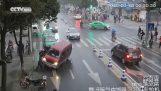 Donna apegklwbizoyn passanti sotto auto