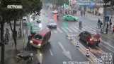 Περαστικοί απεγκλωβίζουν γυναίκα κάτω από αυτοκίνητο