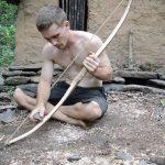 Κατασκευάζοντας ένα τόξο και βέλη με πρωτόγονα εργαλεία