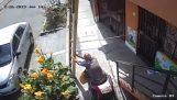 גבר בכיסא גלגלים נגד סולם