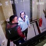 Μεθυσμένος άνδρας σπάει την πόρτα ενός ανελκυστήρα και πέφτει στο κενό