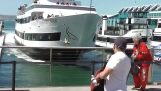 Πλοίο συντρίβεται στην αποβάθρα