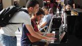 Két idegen improvizálni a zongora