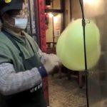 Πλανόδιος πωλητής φτιάχνει ένα παπάκι από μαλλί της γριάς