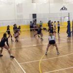 Pontus avec la face au match de volley-ball féminin