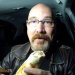 Καναδός τρώει και αξιολογεί ένα σουβλάκι