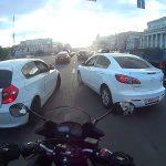 Δύο αυτοκίνητα μπλοκάρουν ένα μοτοσικλετιστή